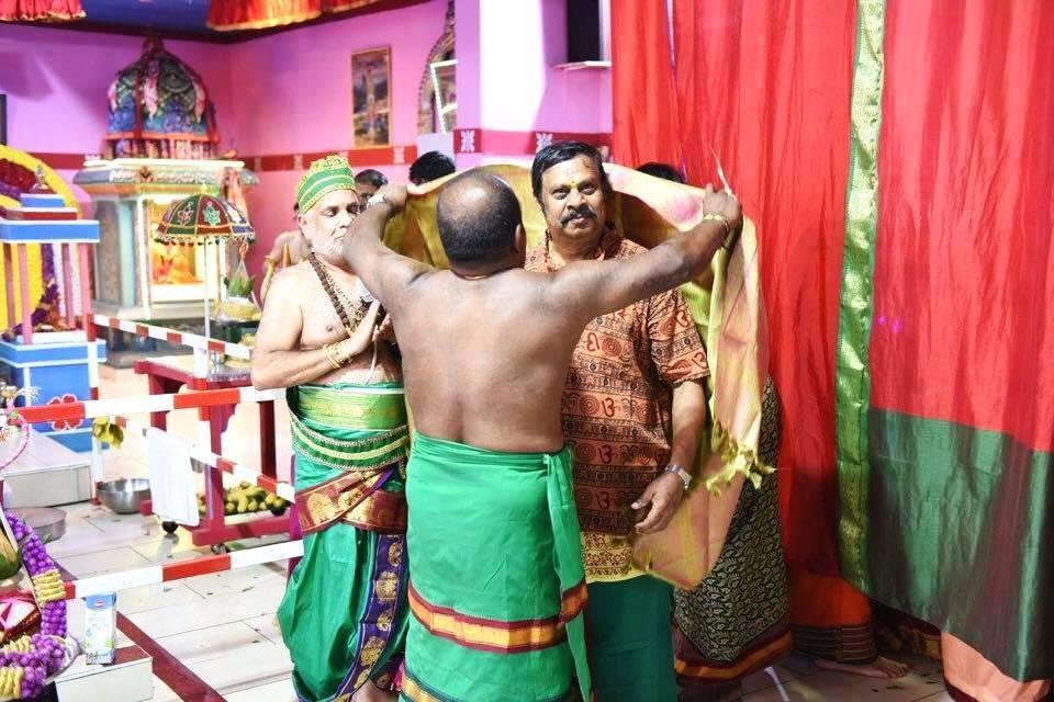 நிழல்படப்பிடிப்பாளர் தம்பி புவனேந்திரன்  சுவெற்ரா  ஆலயத்தில் கௌரவிக்கப்பட்டார்