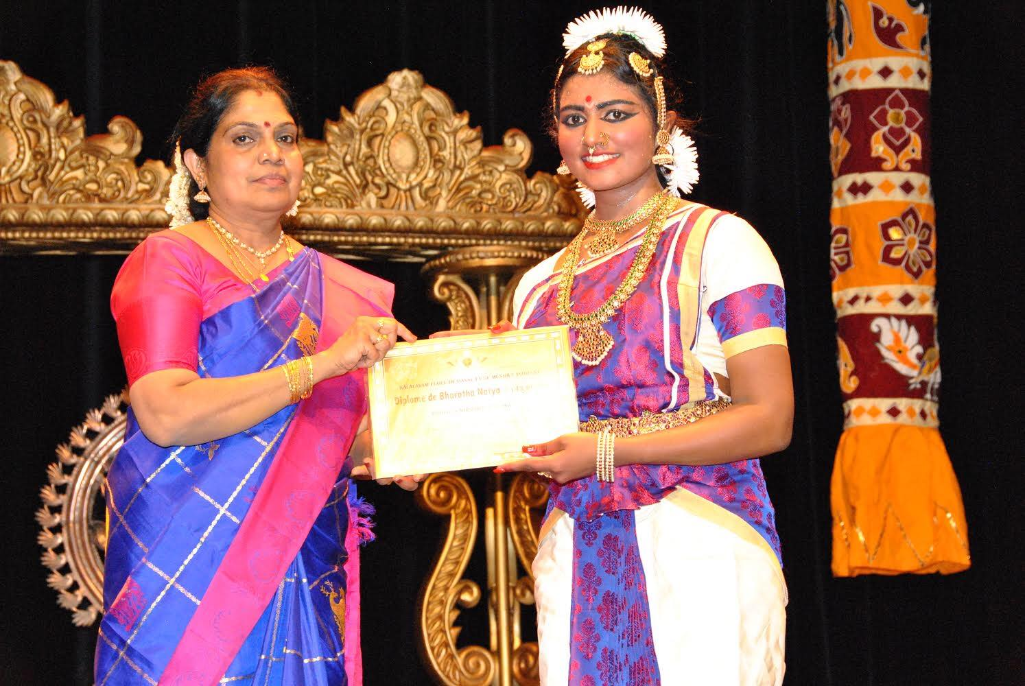 கௌசலா ஆனந்தராஜா அவர்கள் தனது 50 வது அரங்கேற்ற மாணவியை மேடையேற்றி னார்.